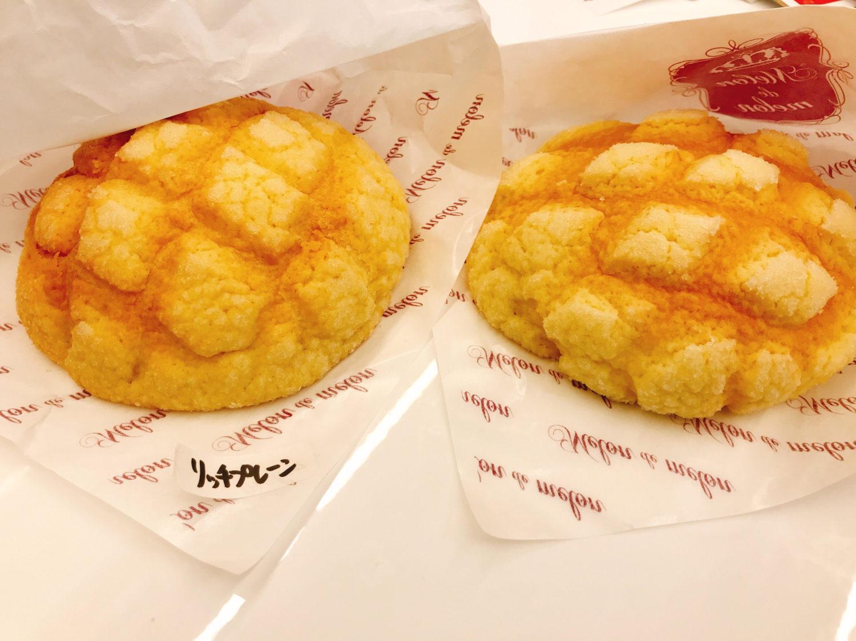 左:リッチプレーンメロンパンとプレーンメロンパン