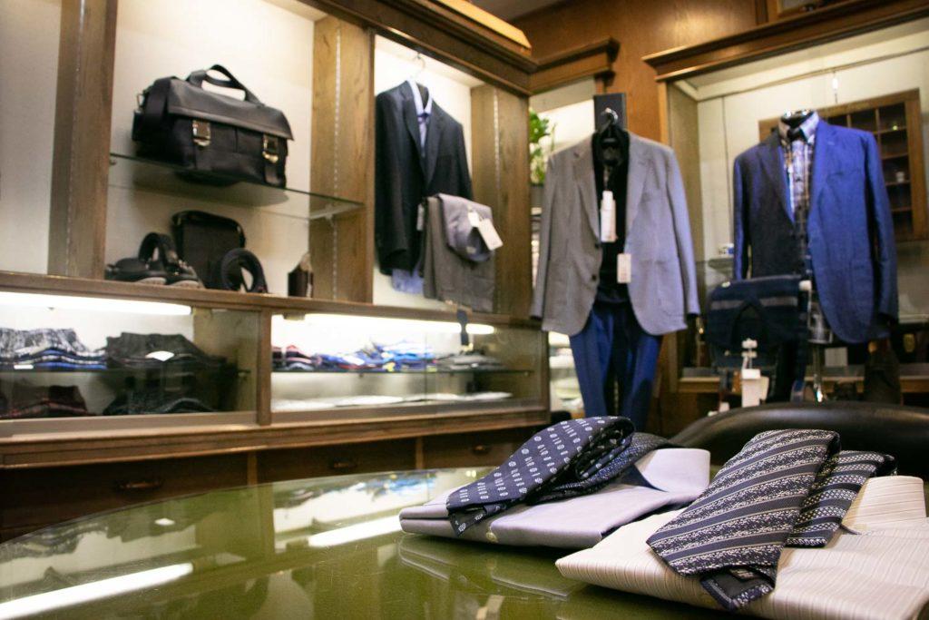 紺色のネクタイと店内