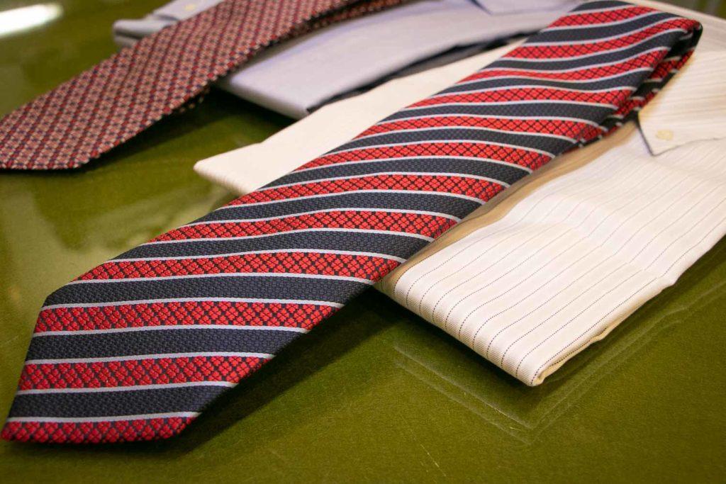 赤色のネクタイ