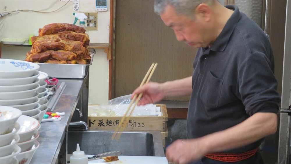 九州ラーメン太陽 ラーメンを作る店主田畑さん